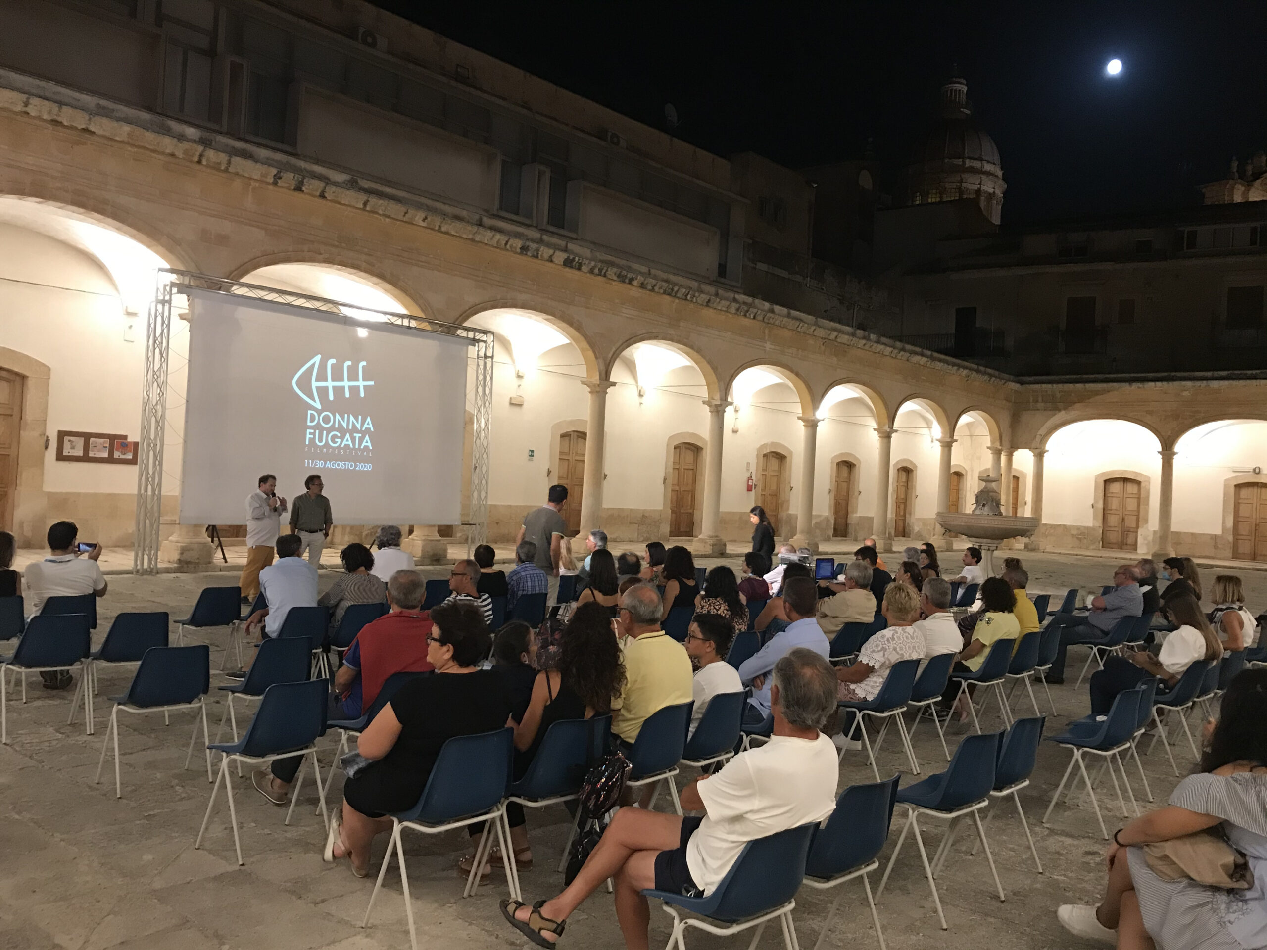 Il pubblico dell'Arena tra le Cupole alla Fondazione Bufalino di Comiso